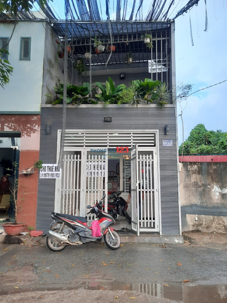 Cho thuê nhà hẻm nhà sách Nguyễn Văn Cừ. Diện tích 4m x 13m, giá 4tr5/tháng